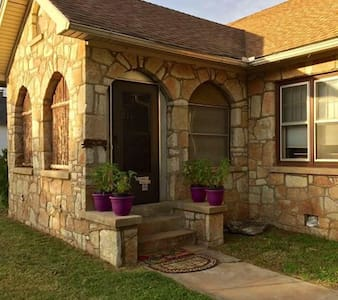 Historic House! EZ 1 mile to Ft Sill! Cozy&Clean!