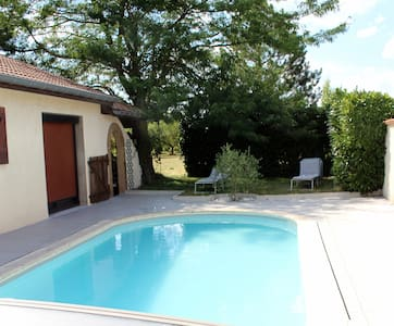 Room with a view over a swimming pool. - Veauchette - Bed & Breakfast