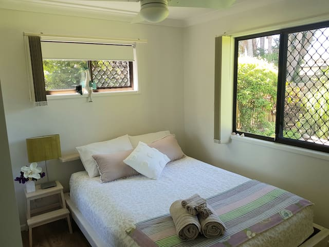 Queen size bed, 2 windows and overhead fan. Quality linens.