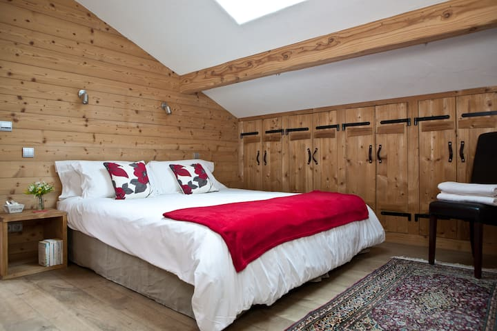 Bedroom 1: Flexible double or twin room (first floor) with en-suite bathroom with separate shower and WC