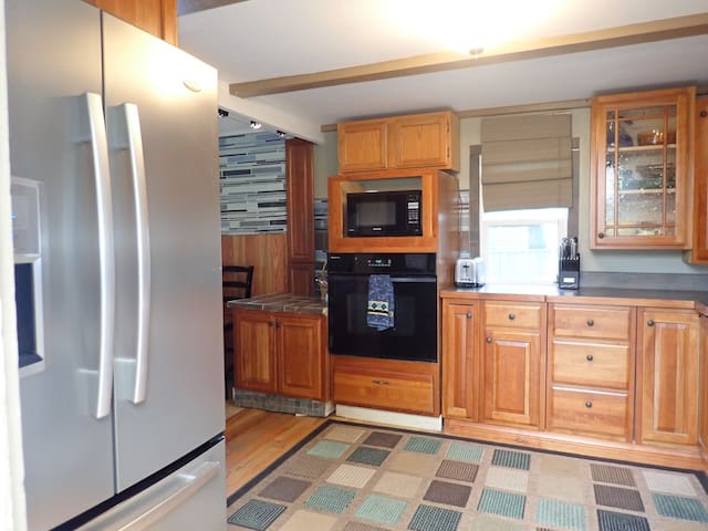 Cozy Cottage w/Hot Tub 2 miles from Boyne City