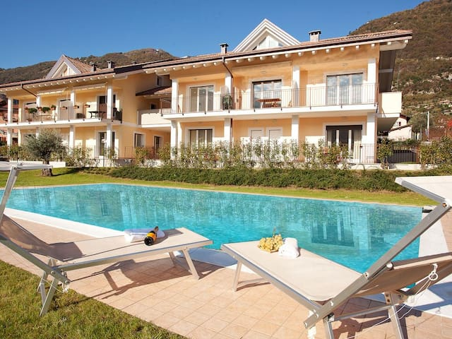 "Lenno ""Sopra"" Spese sleeps 4 with a swimming pool"