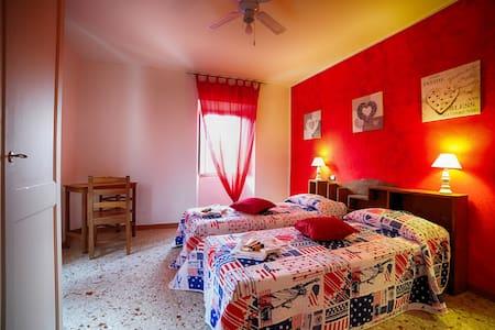 Camera rossa 2 + letti - Ascoli Piceno