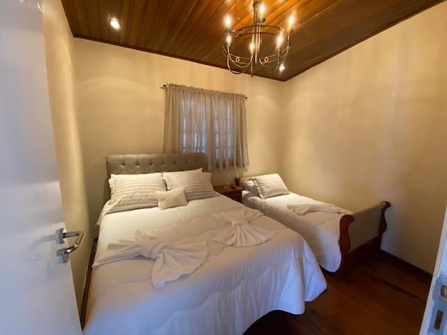 Quarto 2: Uma cama de casal, uma de solteiro e uma TV. Capacidade máxima: 3 pessoas