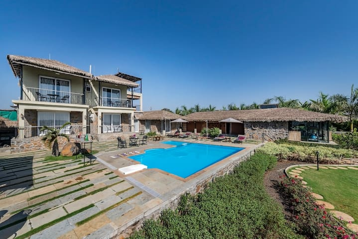 Villa with a pool and Jacuzzi in Nashik