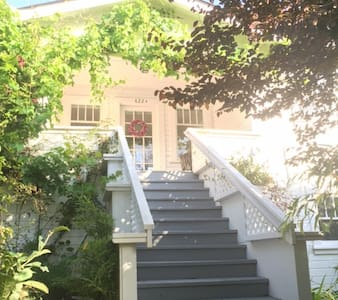 Charming Cottage in Seaside Town - Sausalito - Casa