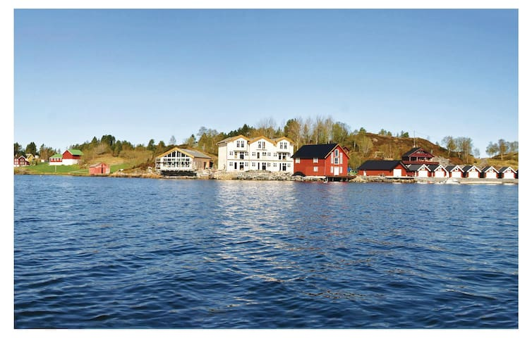Terraced house with 4 bedrooms on 120 m² in Averøy