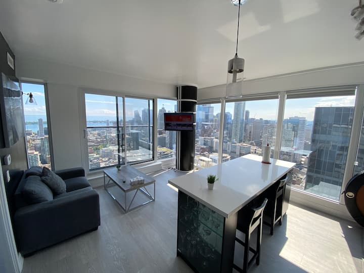 *Top Floor Condo with Panoramic view of City/Lake*