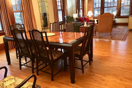 Upscale Kenwood home away from home