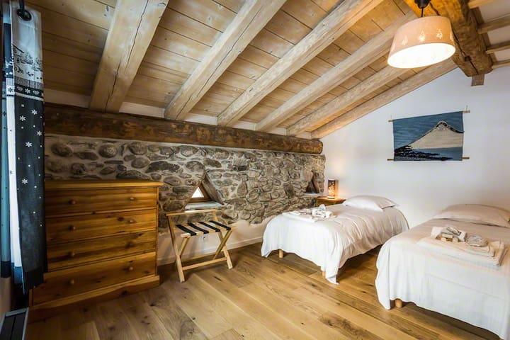 bedroom 2 (1st floor) - chambre 2 (1er étage)