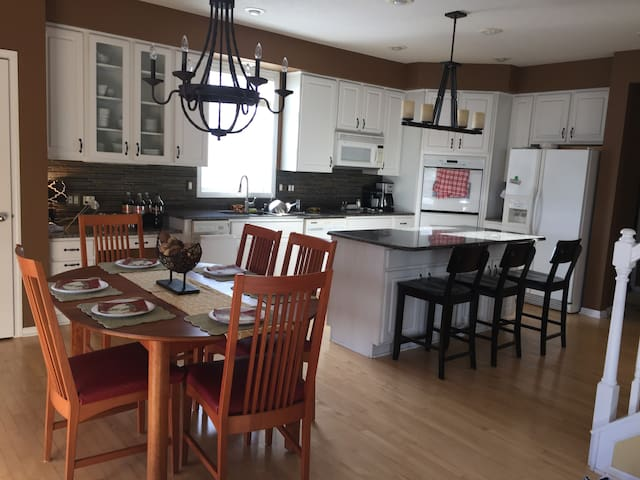 Beautiful home 4.5 miles from Ryder Cup - Chanhassen - Apartamento
