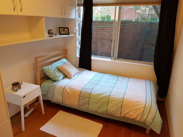 Private bedroom in a quiet street close to city
