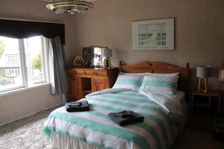 St Stephens Ave,   Large room with friendly people