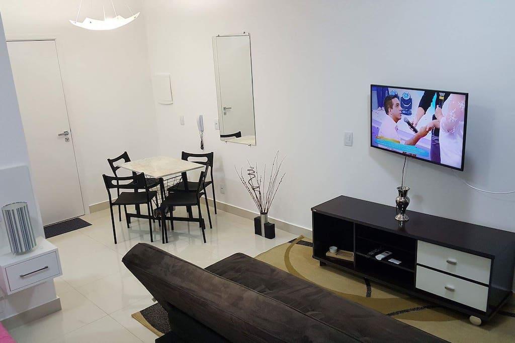 Sala com Sofá-cama com 2 regulagens de encosto ou aberto( fácil locomoção com 2 rodas). SMART TV com Tv Digital e Internet com Wi-fi. Rack com gaveteiro, fácil locomoção com rodas. Tapete. Espelho para o corpo.