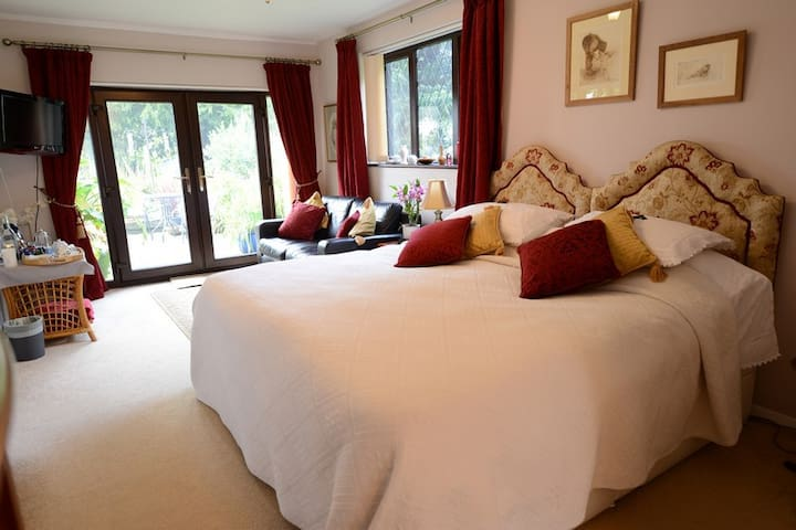 Drinkstone Park B&B - Red Room - Suffolk - Bed & Breakfast