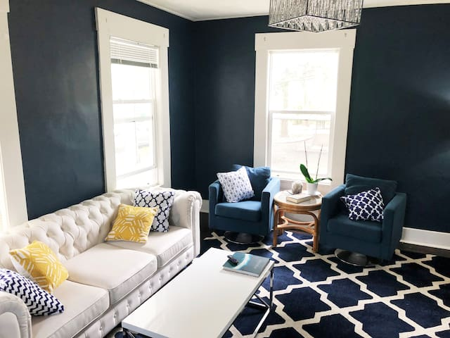 Hop on over! Private Room - Great Location in NE