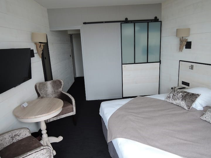 Chambre lit King Size vue mer étage élevé avec balcon près du Mail et du Casino