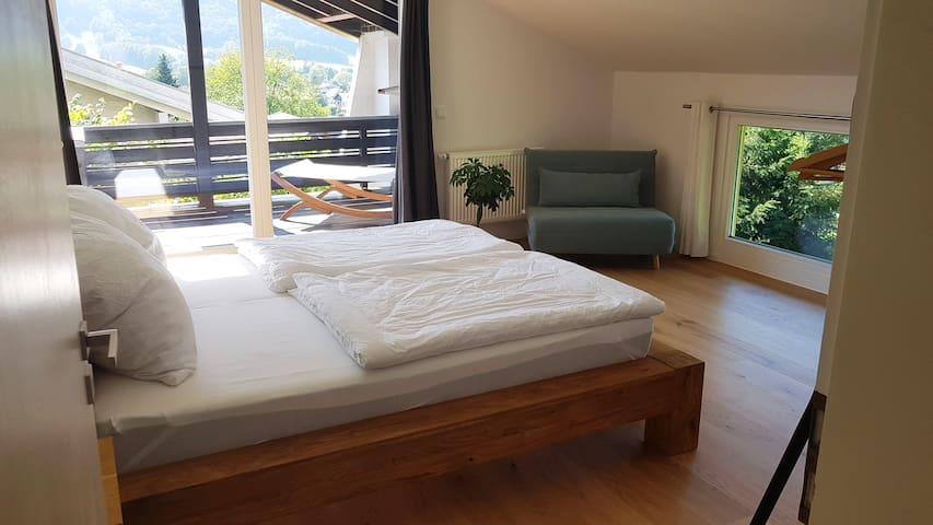 Schlafzimmer mit 1.80 Bett & 1.00 Ausziehsessel und Zugang zum Balkon