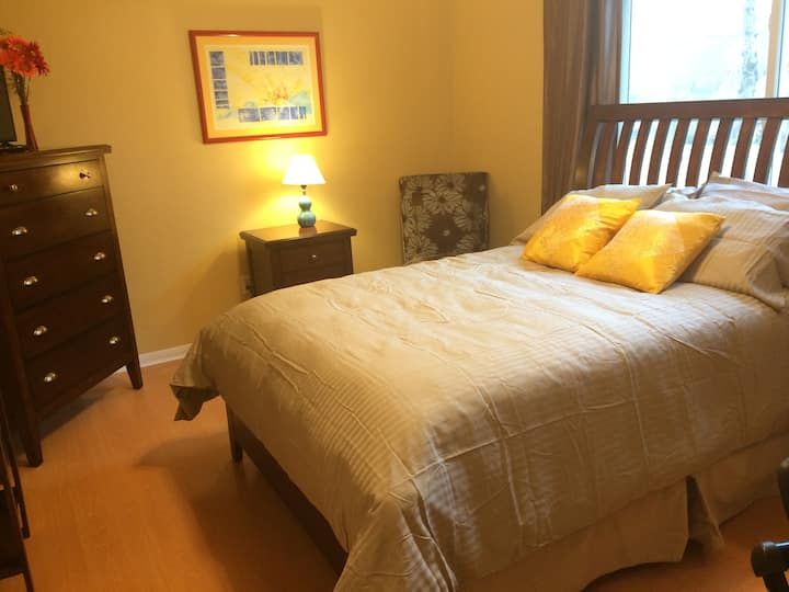 Comfy room with bath - easy airport access