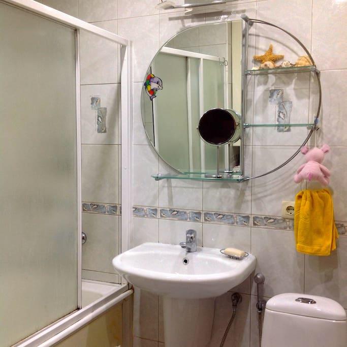 Совмещенный санузел со стиральной машиной.