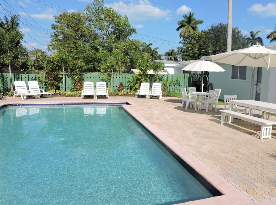 HUGE TROPICAL BACKYARD WITH GAS GRILL AND LARGE HEATED POOL