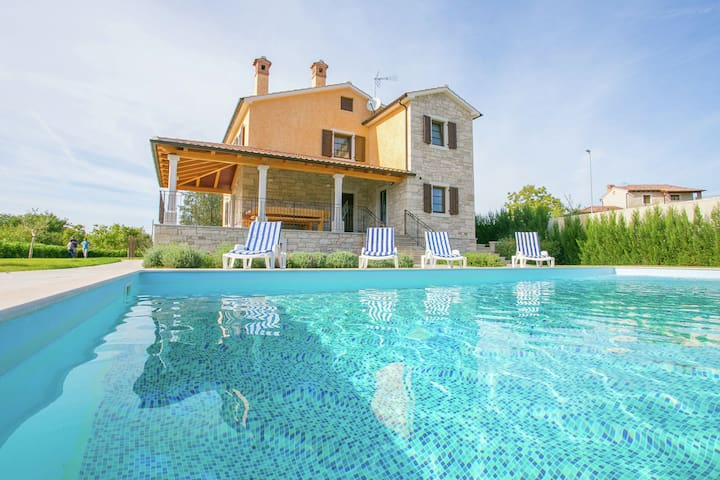 Modern villa with private pool and large garden 25 km from Rovinj