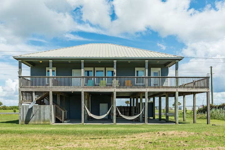 Spacious, secluded and dog-friendly home- walk to the ocean!