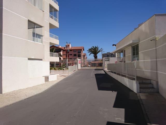 el edificio cuenta con acceso controlado por guardias