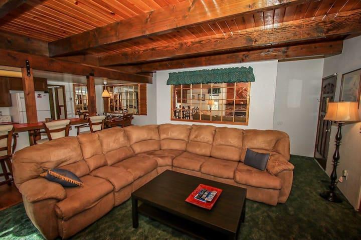 Summit Pines Tri Level Modern Resort Town House / Walk To Ski/Bike Park