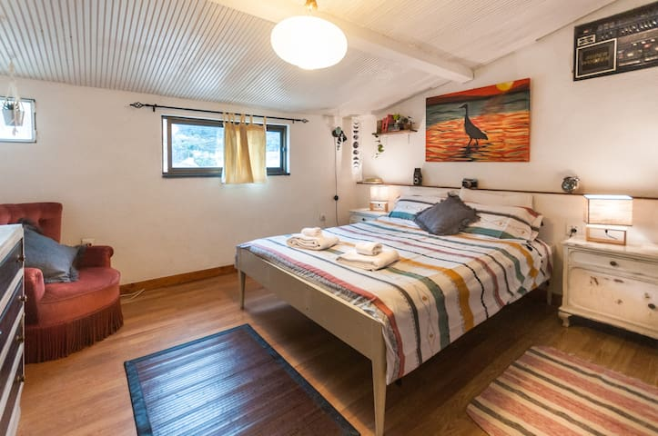 Cosy bedroom in Family Apartment (20min Airport)