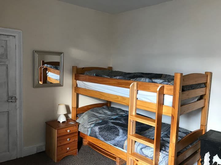 Twin (bunk) room in comfy Holyhead house