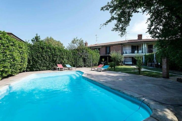 Villa immersa nel verde con piscina.   1°stanza..