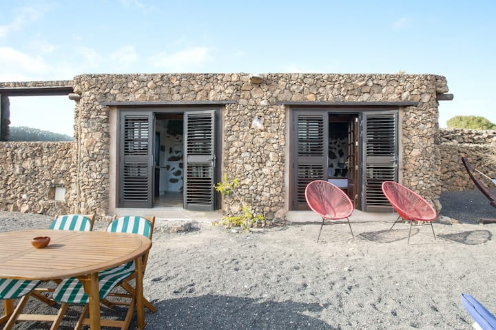Rural Stone Cottage Estudio Pu with Volcano View, Garden & Wi-Fi; Parking Available