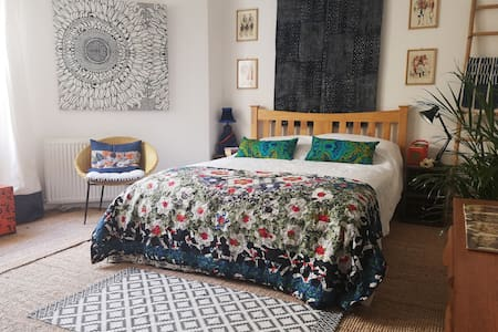 light airy large room & ensuite in Warrior Square