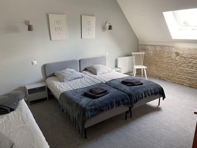 Chambre du 2e avec deux lits jumeaux de 90, ainsi qu'un clic-clac.