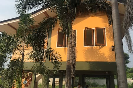 Nature cottage with wooden balcony - Sattahip - Casa