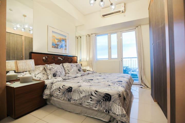 Huge Taal View Luxury Suite SMART HOME w/ Balcony