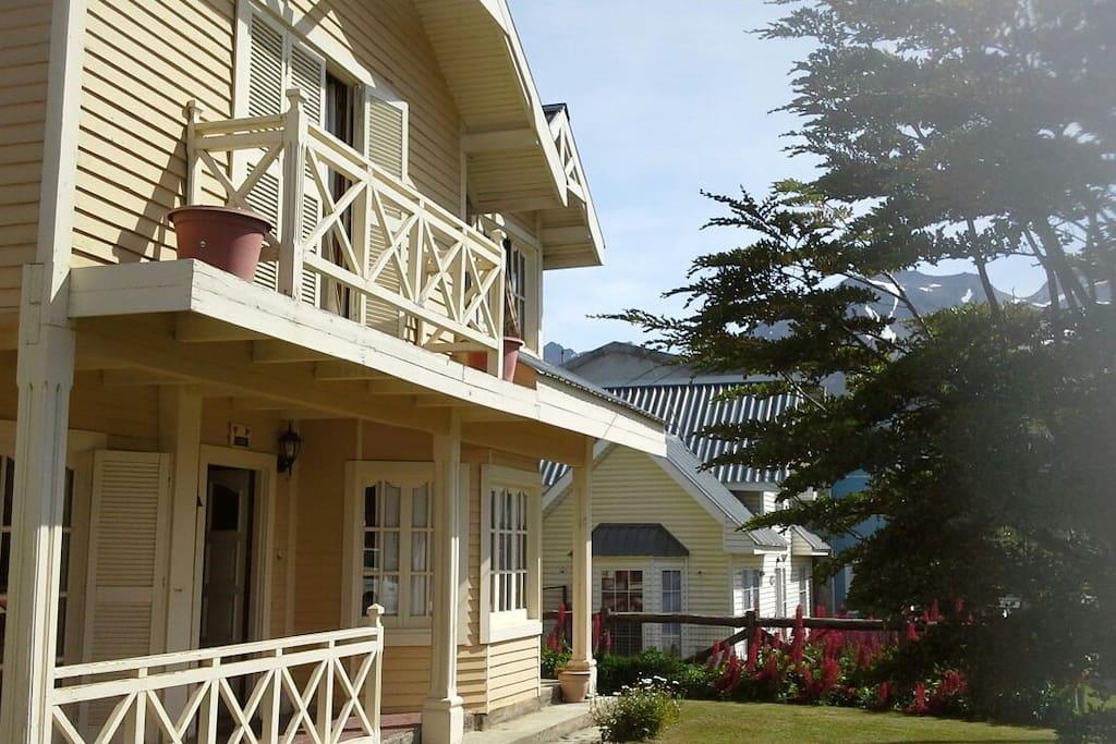 La casa se encuentra dentro de un barrio muy elegante, rodeada de jardines y flores, enmarcada por las montañas.