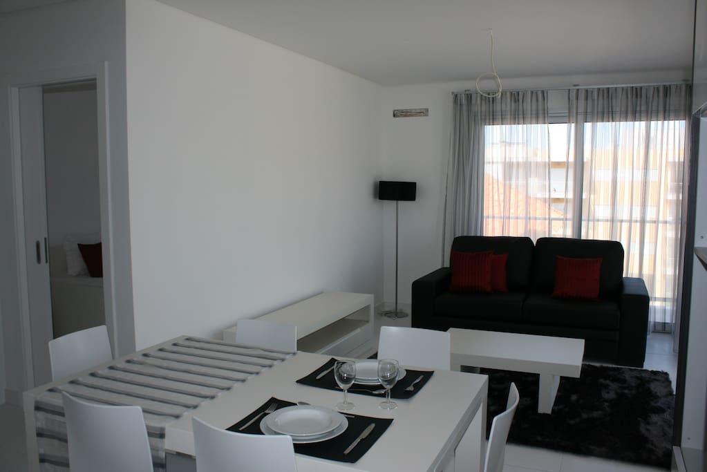 Modern ingerichte woonruimte met sofabed