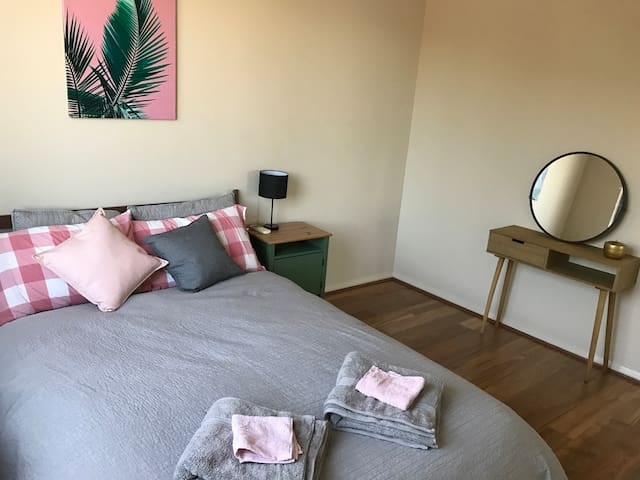 Cute double bedroom at Fremantle townhouse - Fremantle - Stadswoning