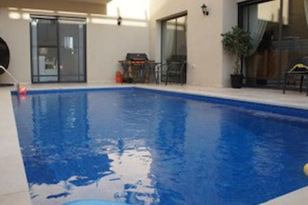 bedroom in private house with the pool - Herzliya - Aamiaismajoitus