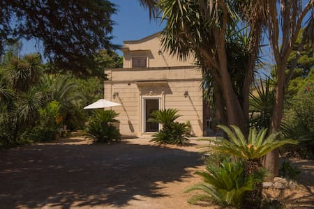 Villa '800 in profumato giardino - Palermo - Villa