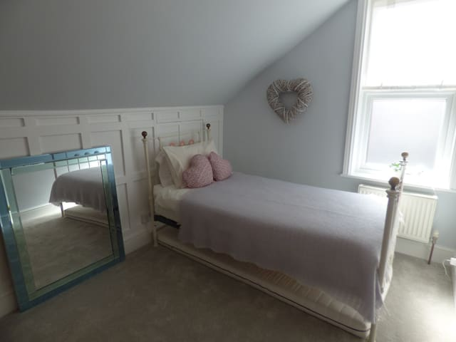 Tranquil room in fab Notts location - West Bridgford - House