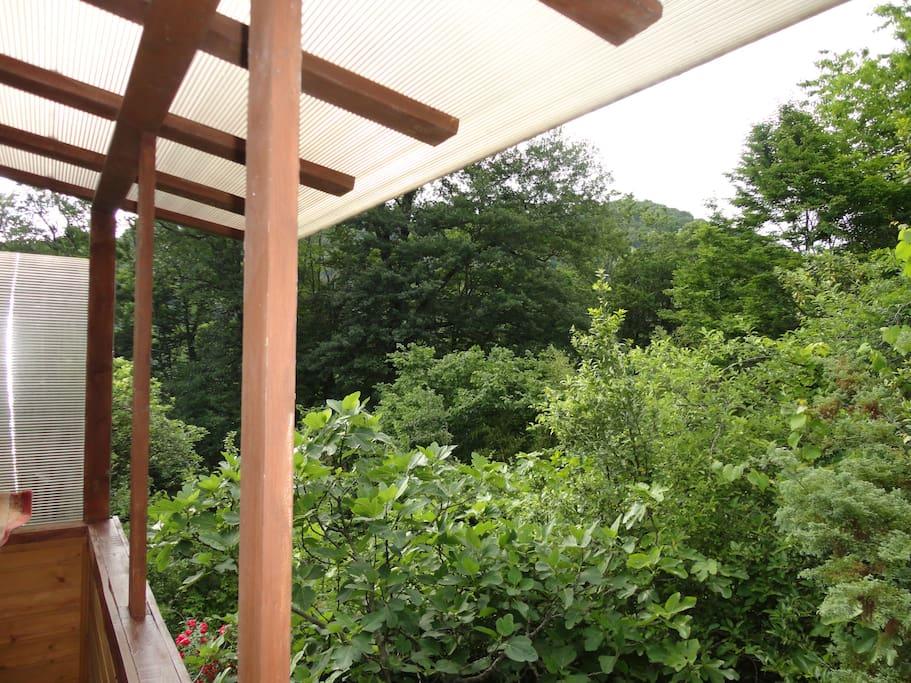 Лоджия (место для для теплых разговоров с пледом и чаем, также место для курения)