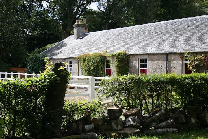 Cottage with hot tub near Stirling