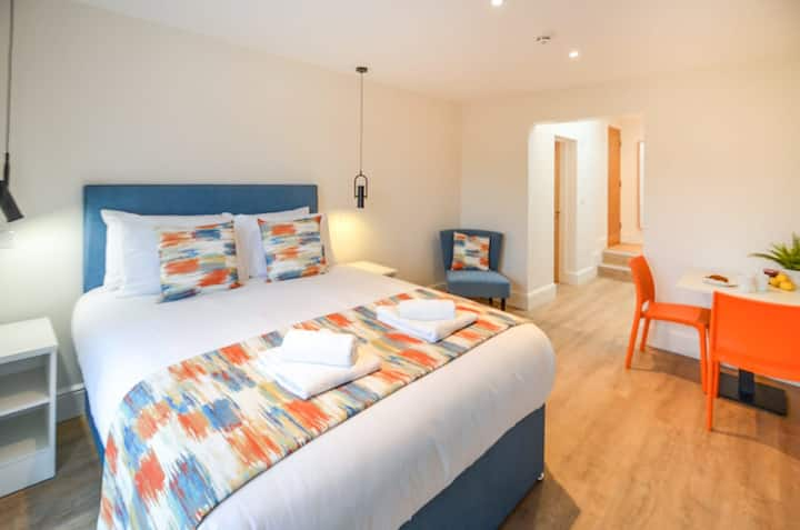 The Mishka at The New Talbot Aparthotel - KING SIZE STUDIO FLAT WITH WIFI - Close to local amenities