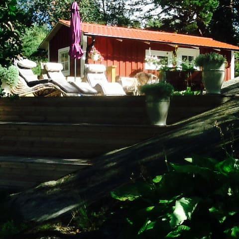 Sjönära stuga på 1700 tals gård - Gustavsberg