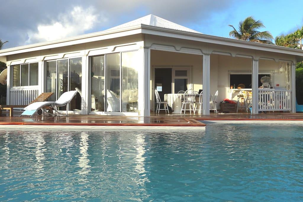 La villa Barbadine dispose d'une vue à 180 ° .La piscine est de plein pied avec la terrasse de la villa
