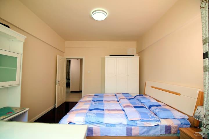 卧室1,配有舒适1米8大床,整套实木家具。
