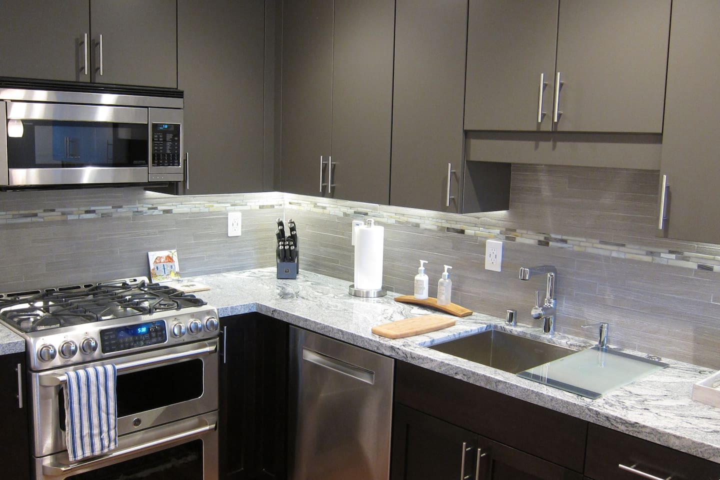 Full chef's kitchen with brand new appliances and granite countertops.